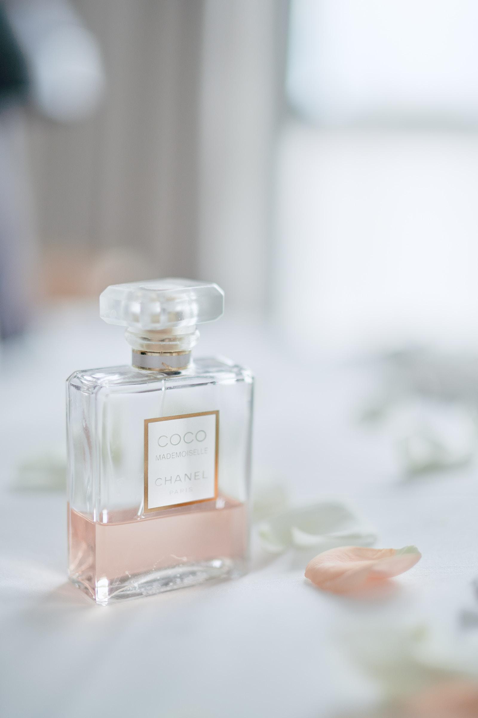 parfum coco mademoiselle chanel sur le lit de la chambre de l'hotel balthazar à rennes