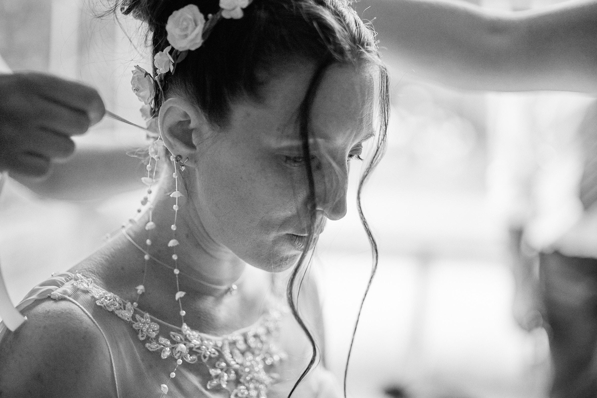 pose des accessoires dans la coiffure de la mariée