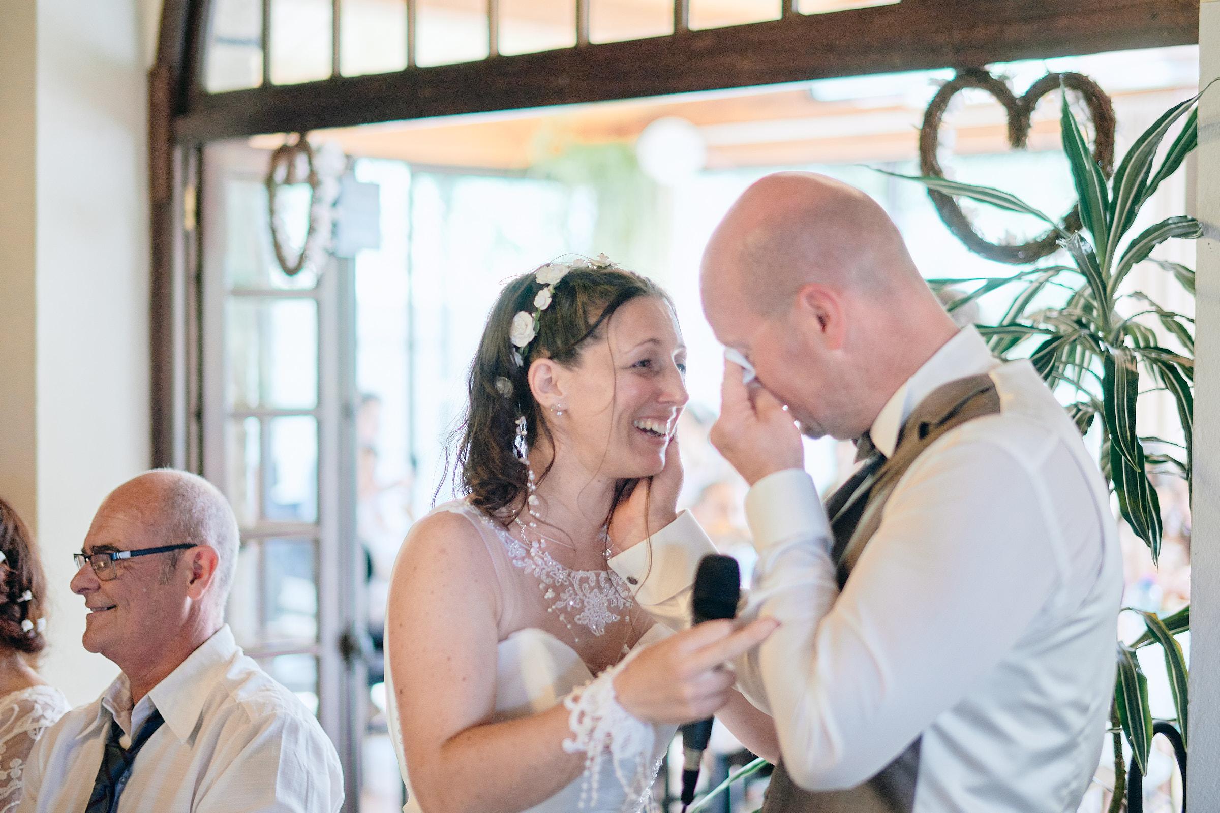 émotion des mariés pendant le repas à la jalonnière