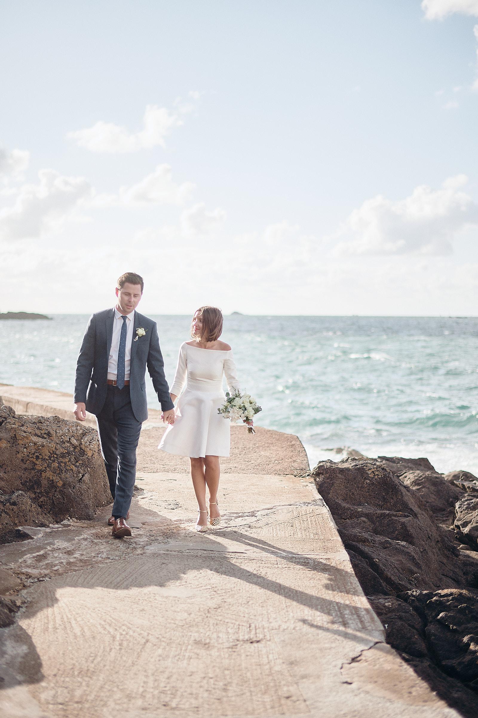 les mariés marchent sur le chemin de ronde du moulinet à dinard