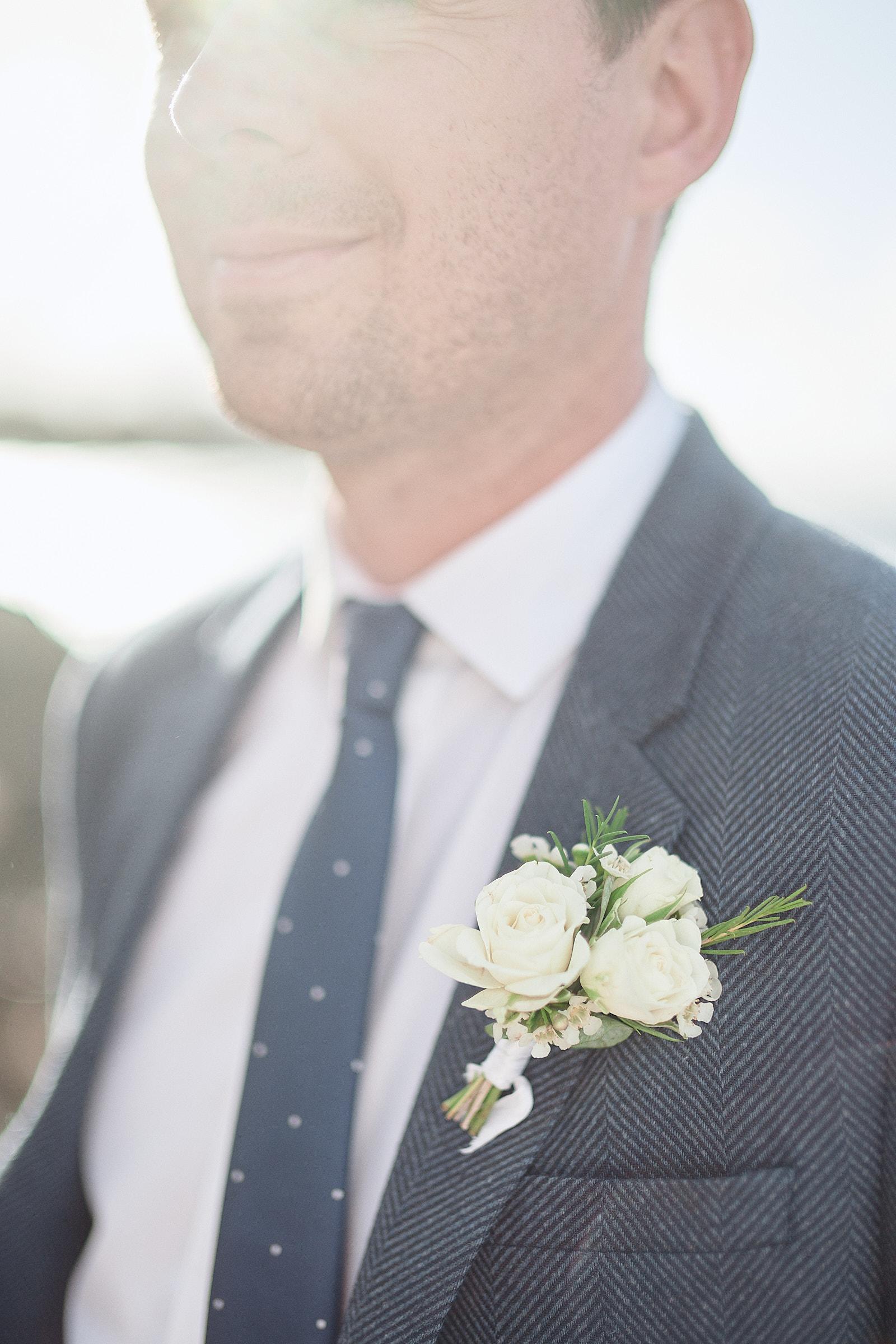 détail de la boutonnière du marié