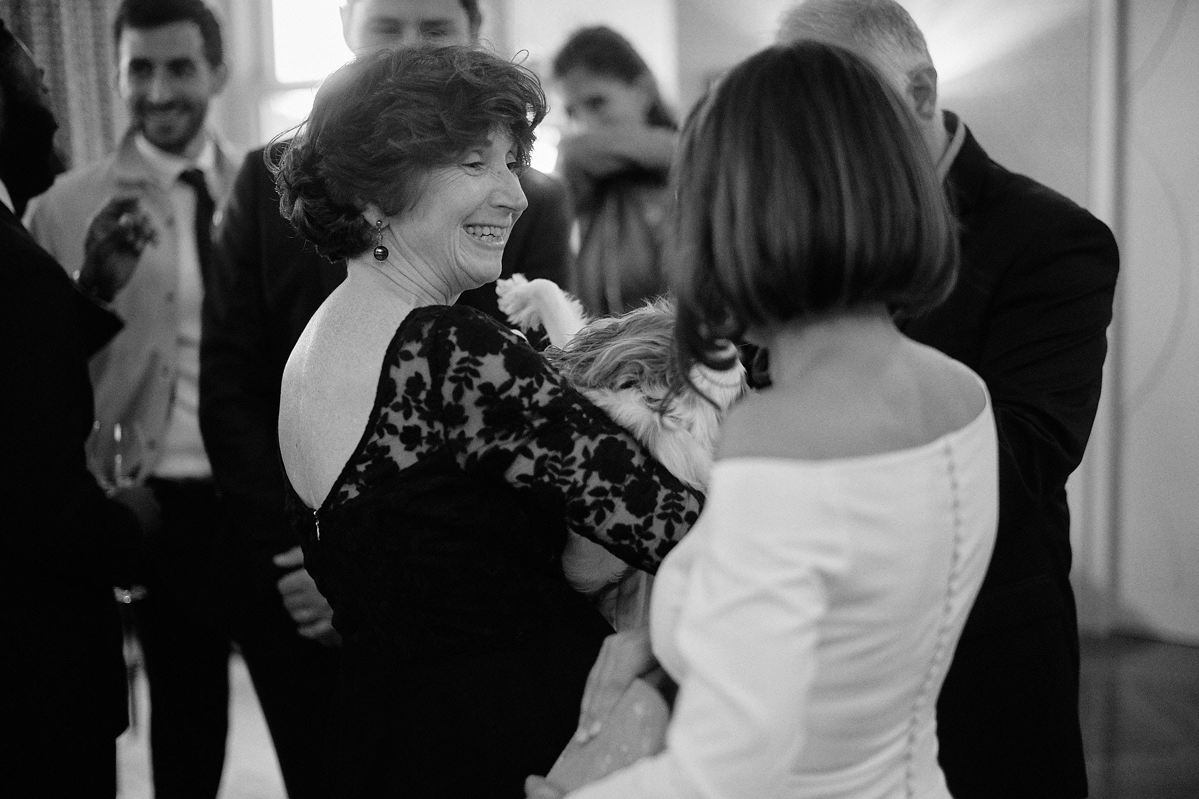 la mariée et sa mère à la fin du cocktail