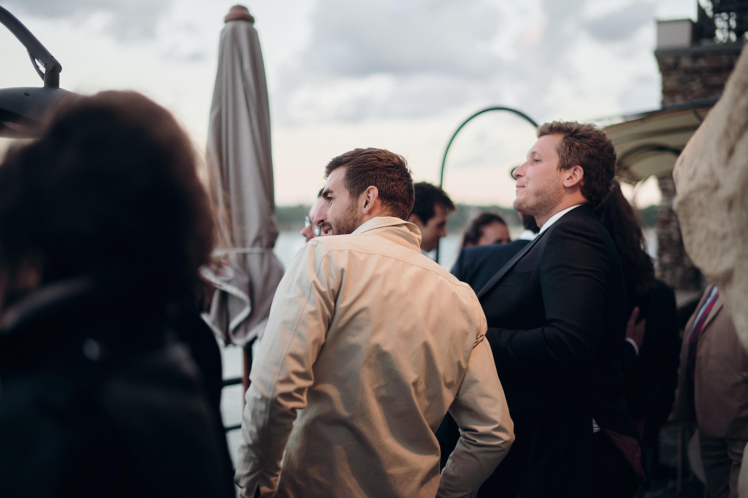 les invités regardant saint malo depuis la terrasse de l'hotel castelbrac