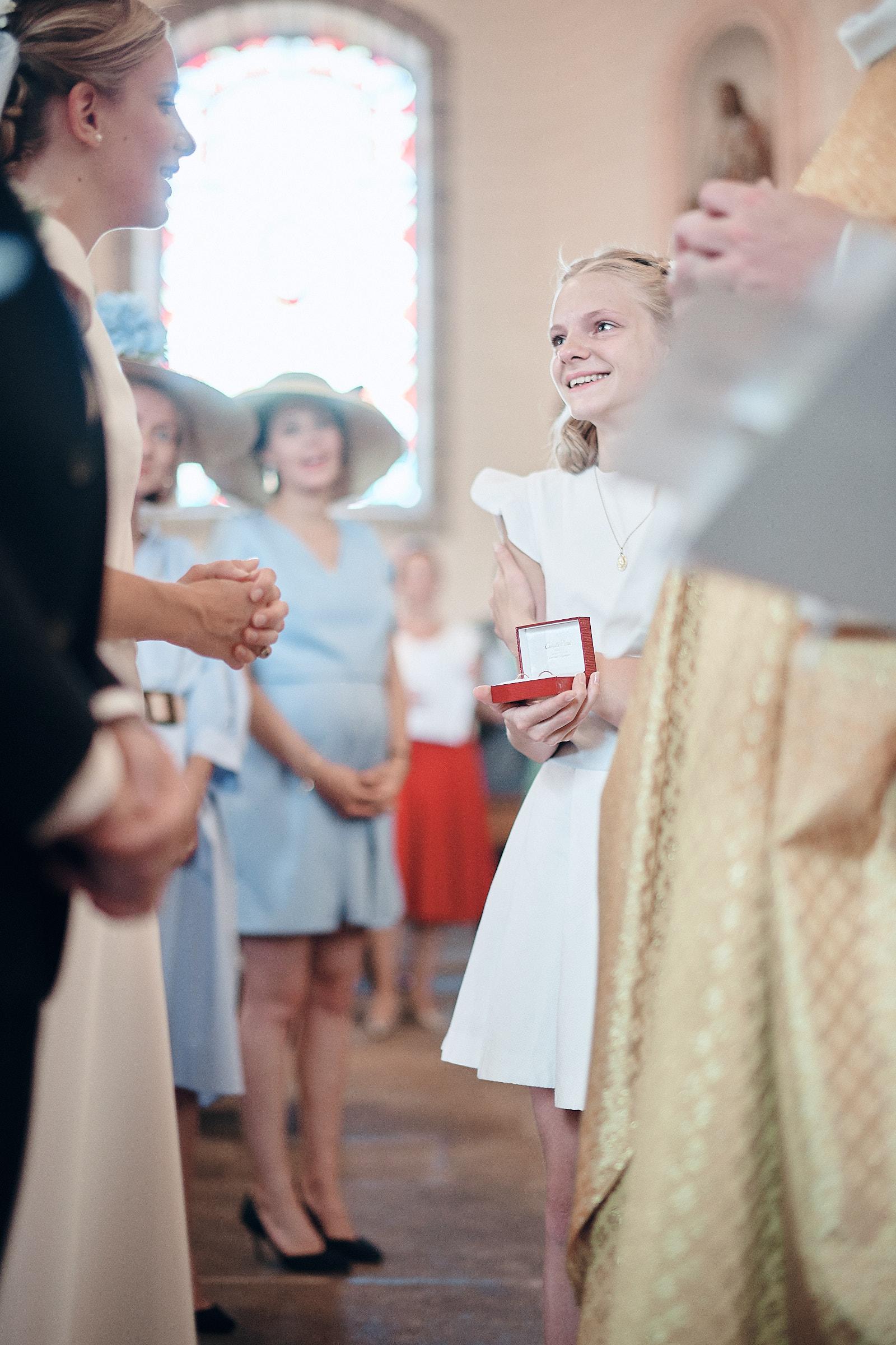 la soeur de la mariée amène les alliances