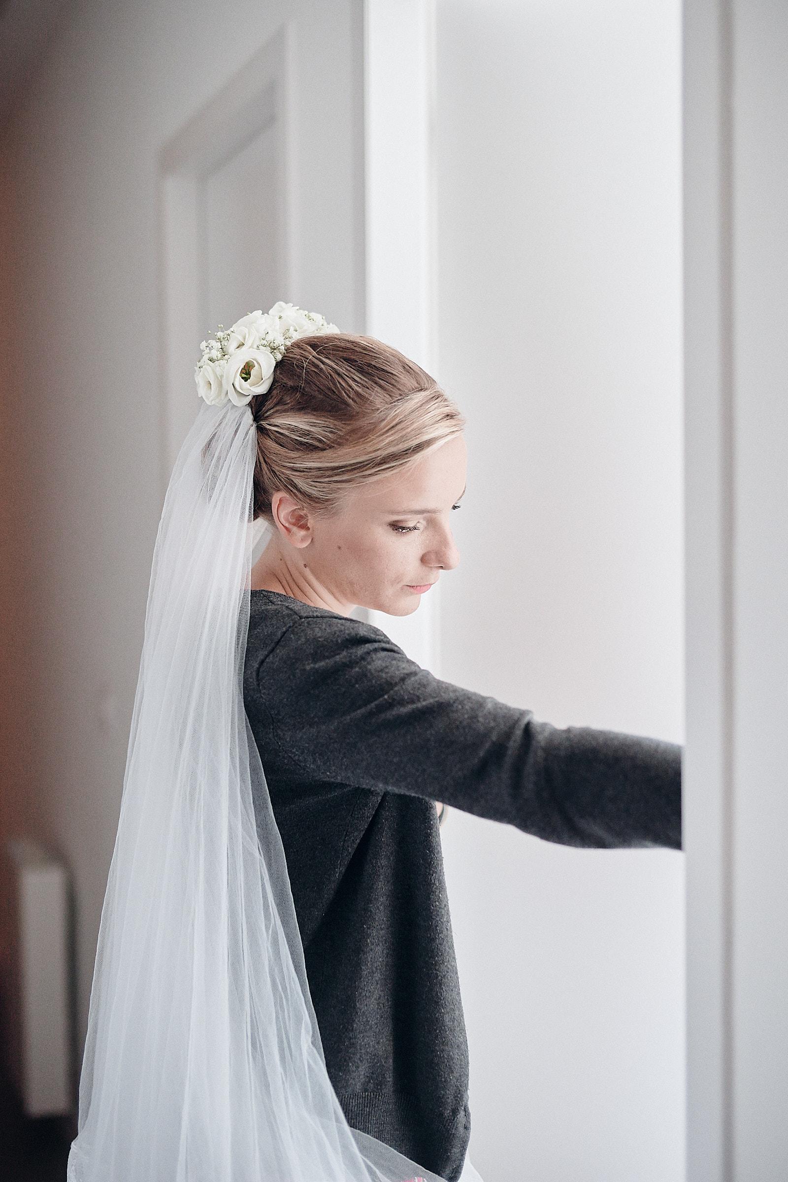 La mariée pendant les préparatifs
