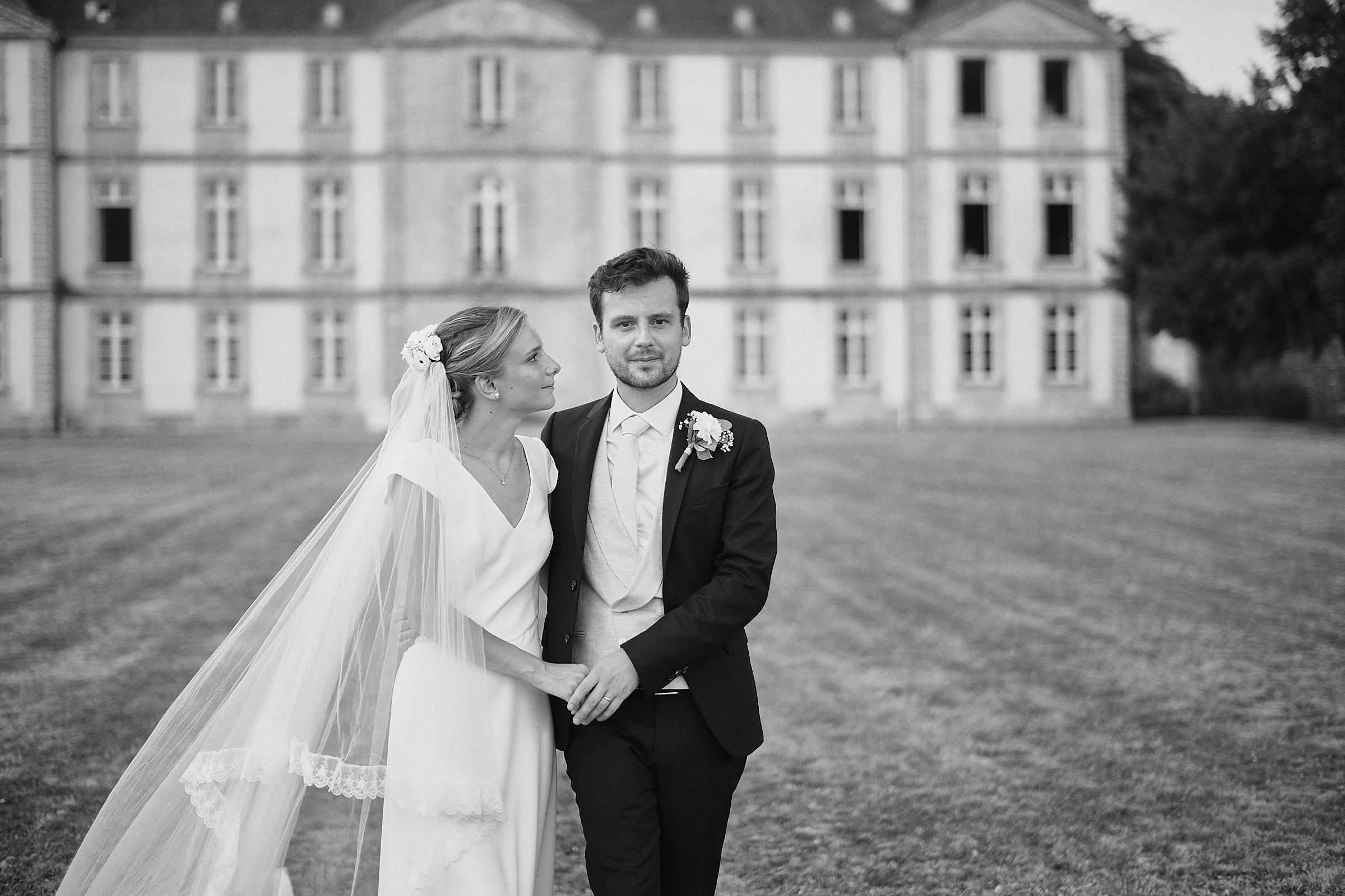 noir et blanc mariés château de Loyat