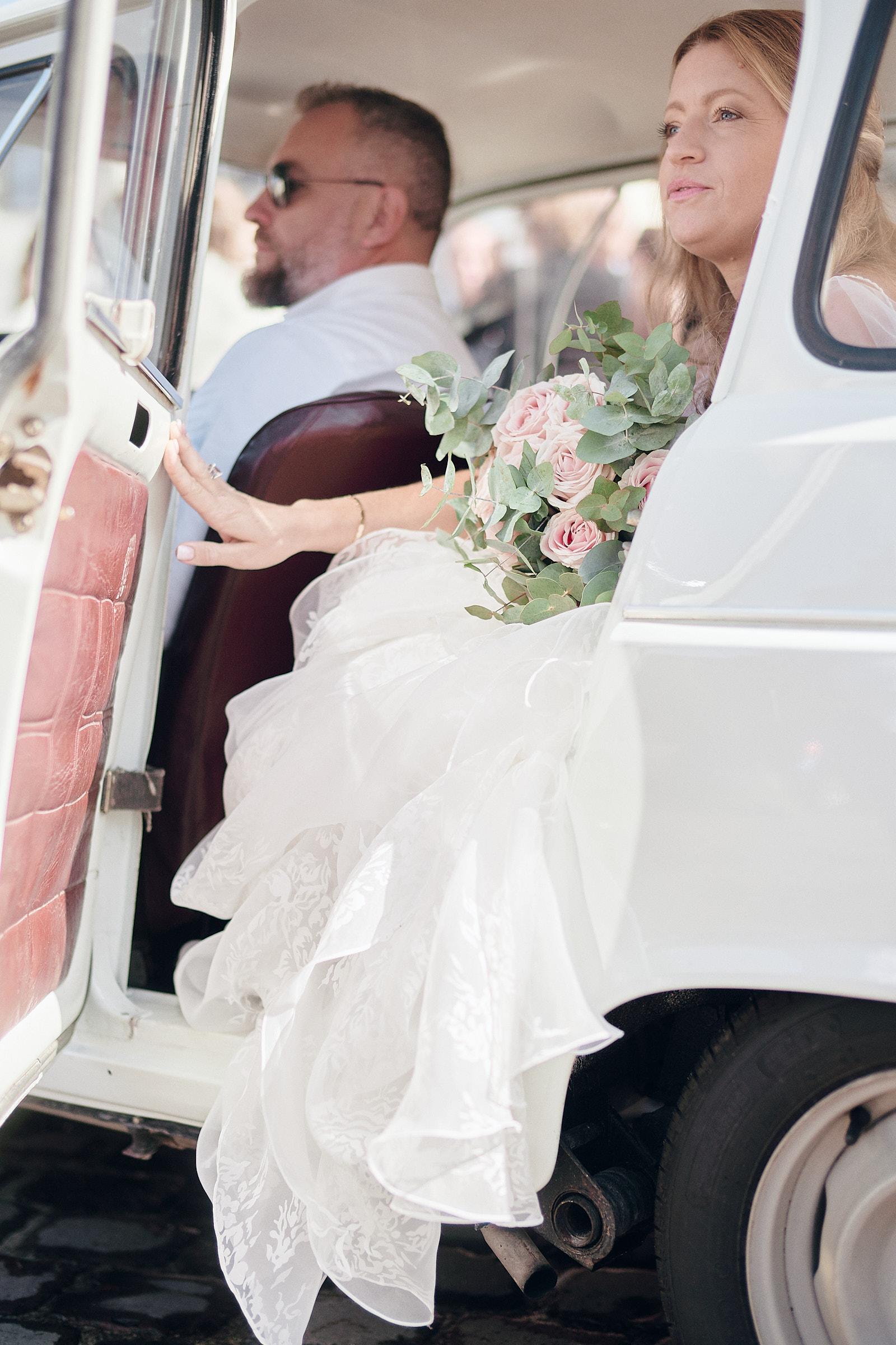 la mariée est prête à sortir de la 4L pour aller à la mairie du chateau de vitré