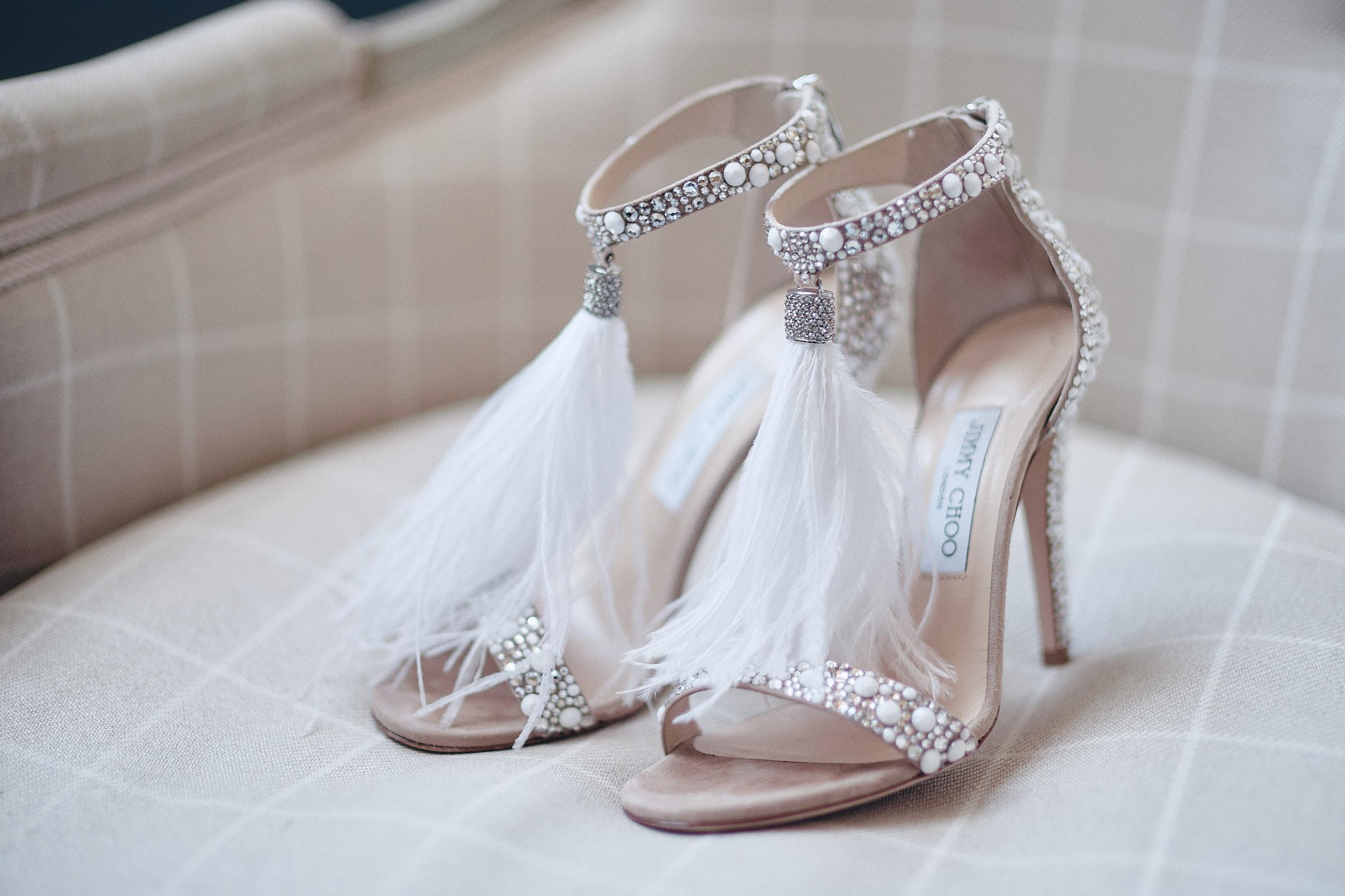 gros plan sur les chaussures jimmy choo de la mariée