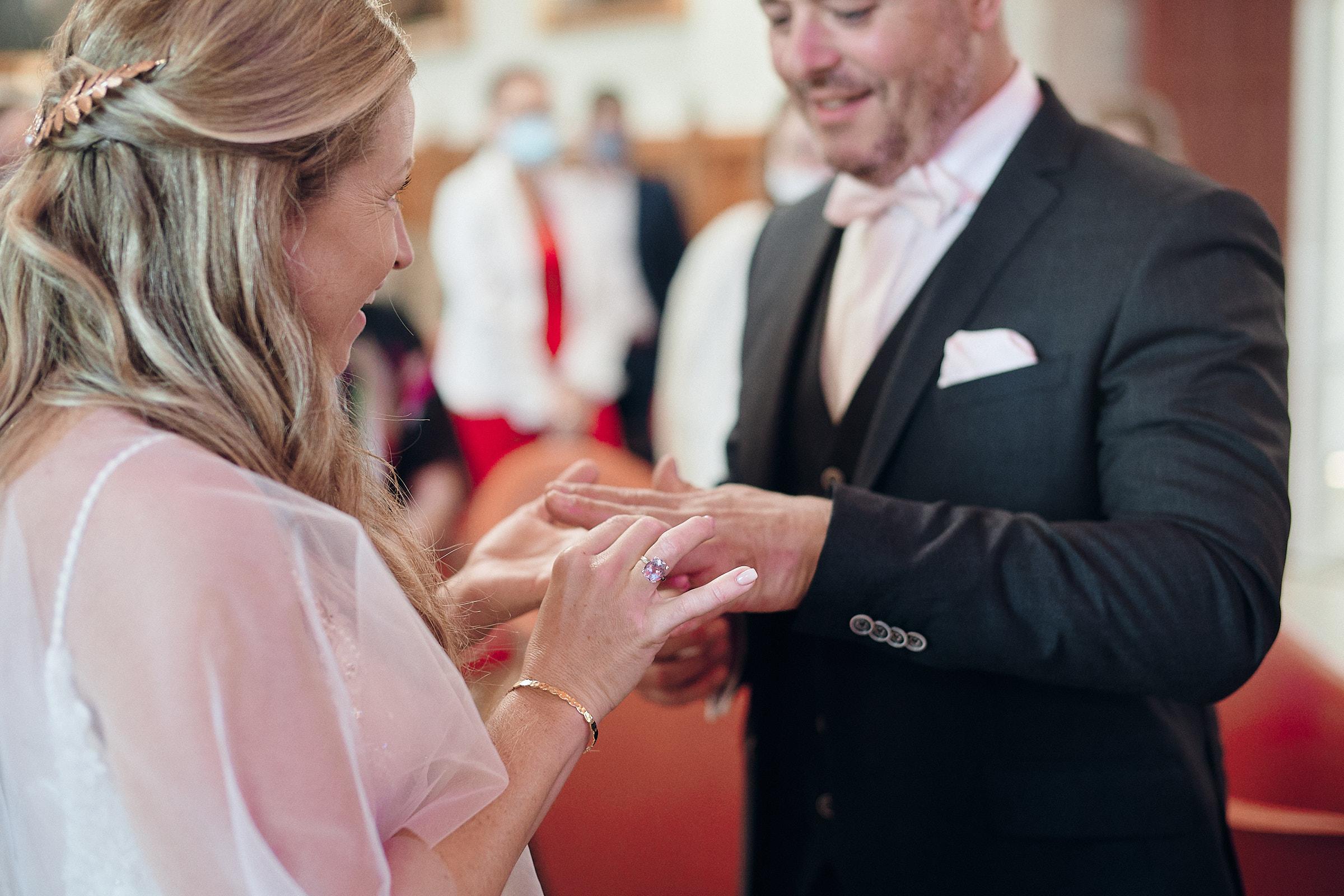 échange des alliances dans la salle des mariages de la mairie du chateau de vitré