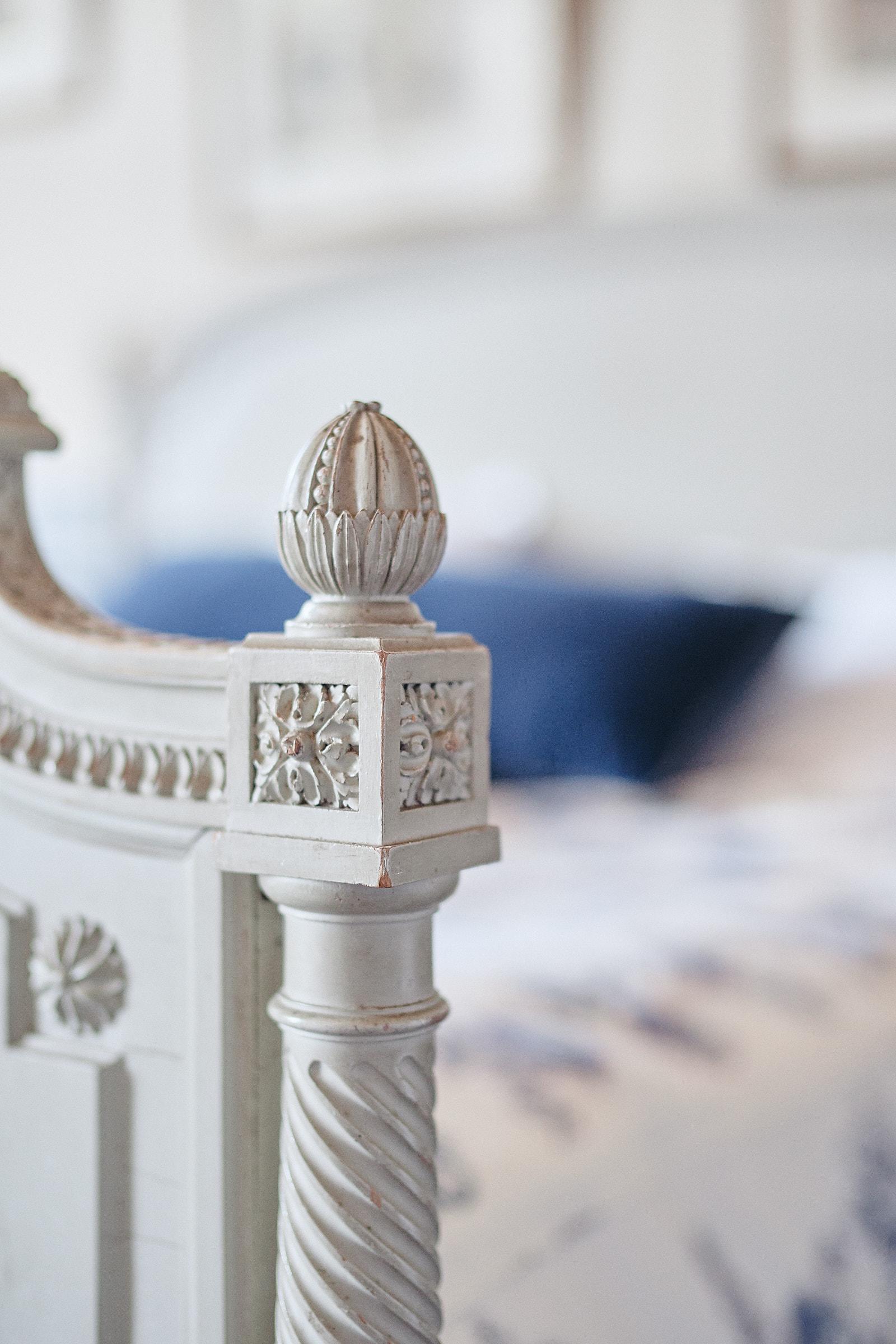 détail du lit de la chambre bleue du chateau de craon