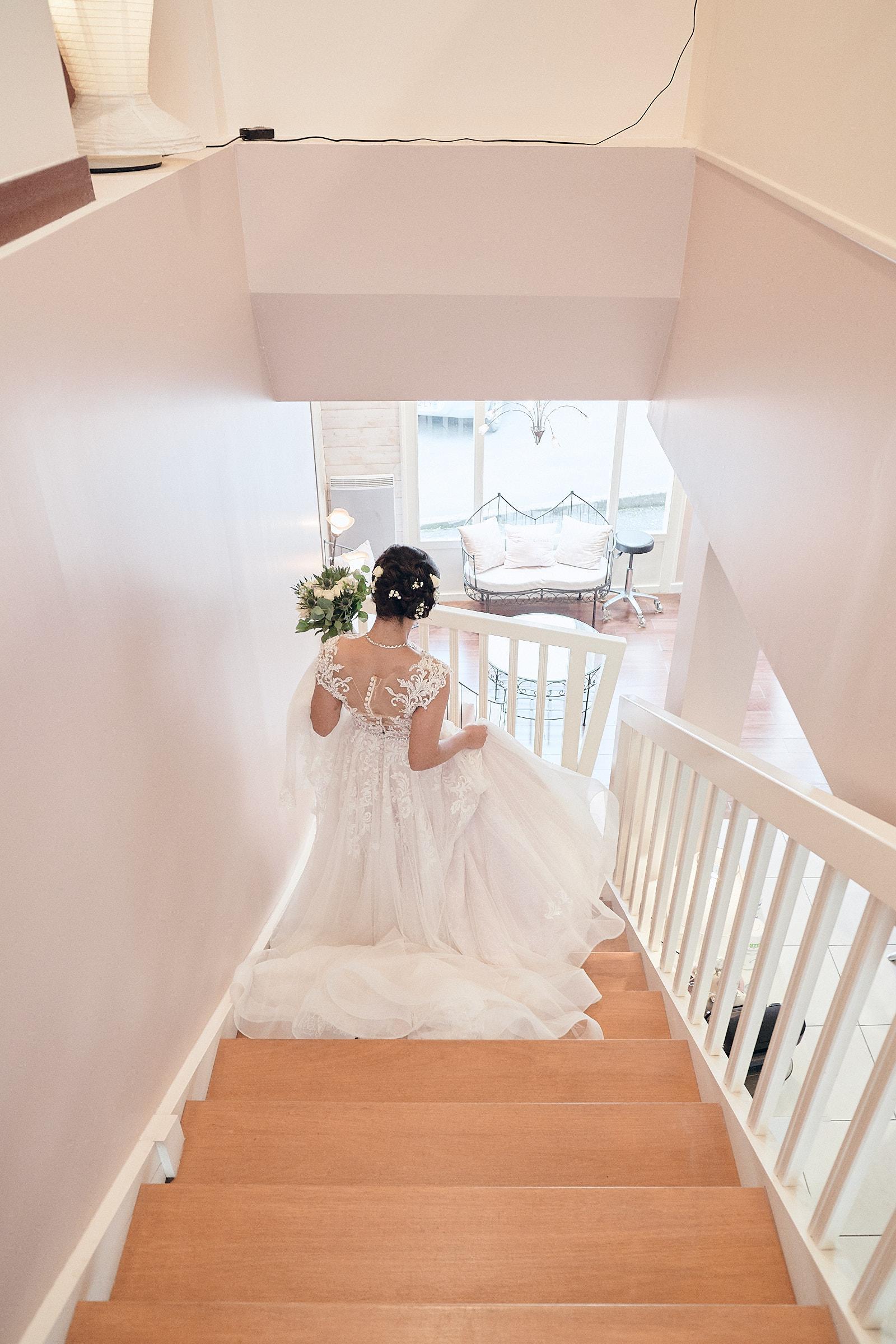 la mariée descend l'escalier du salon de coiffure coup'coeur à laval