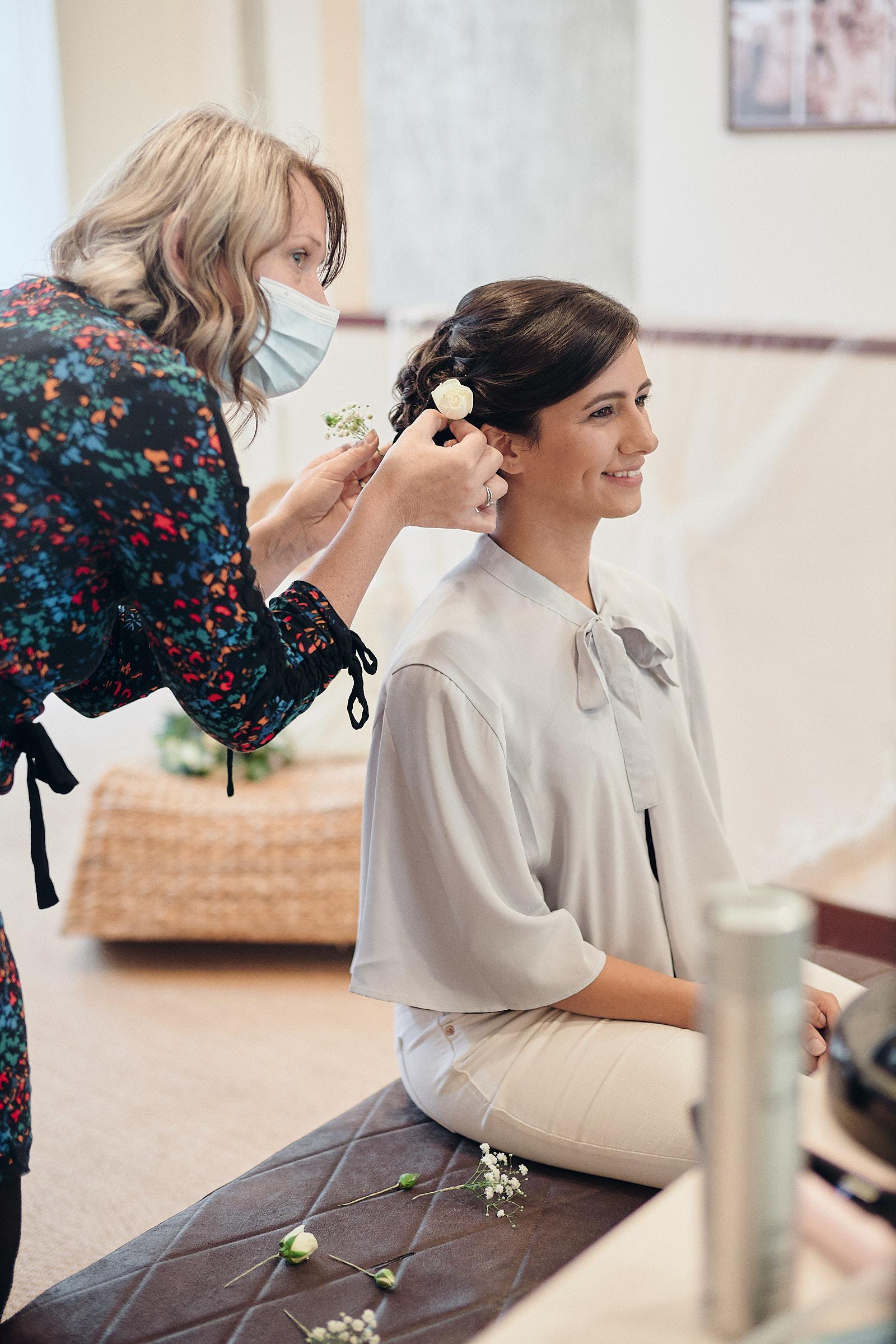 dernière retouche à la coiffure de la mariée