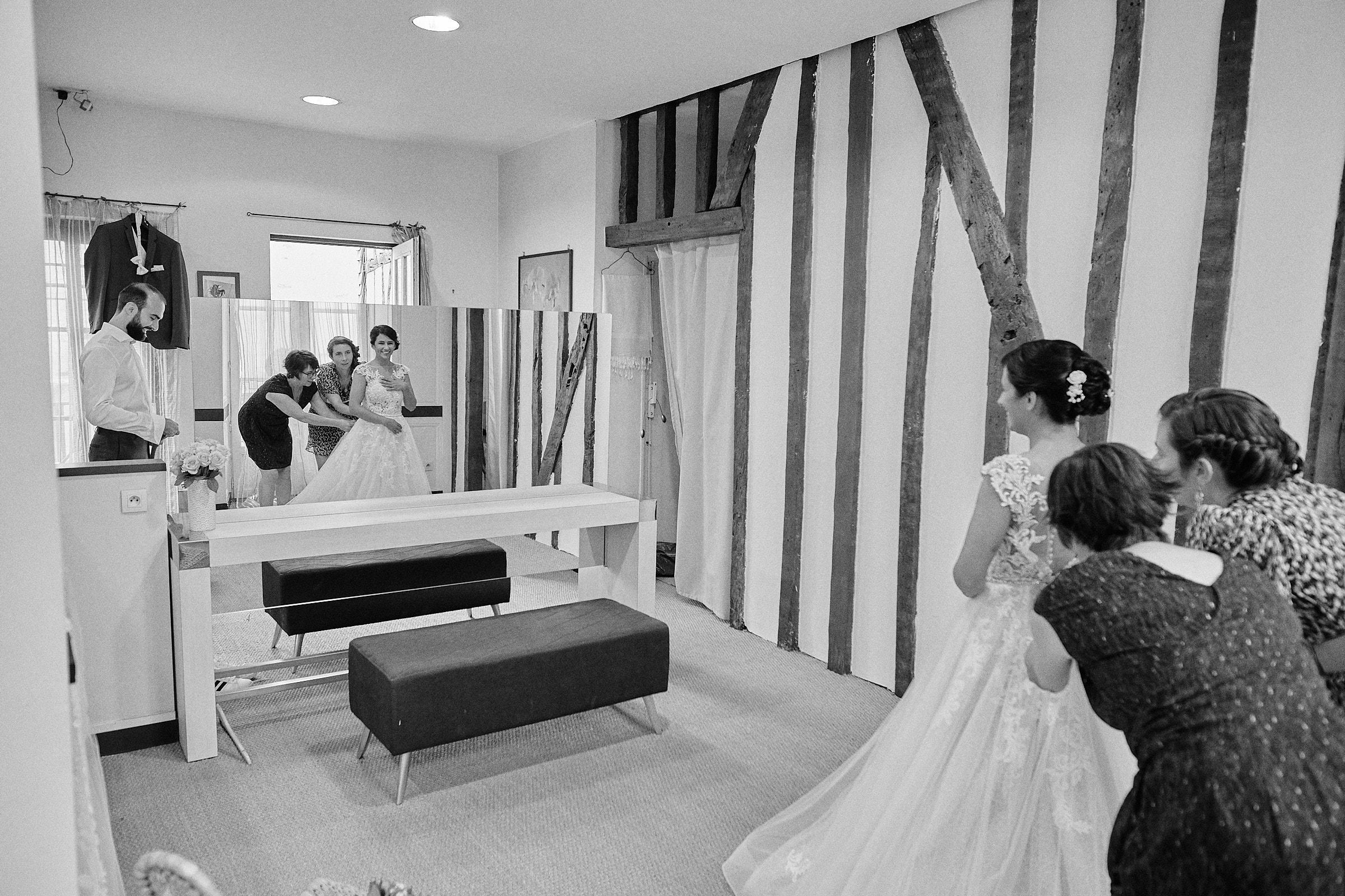 les mariés se préparent dans la même pièce