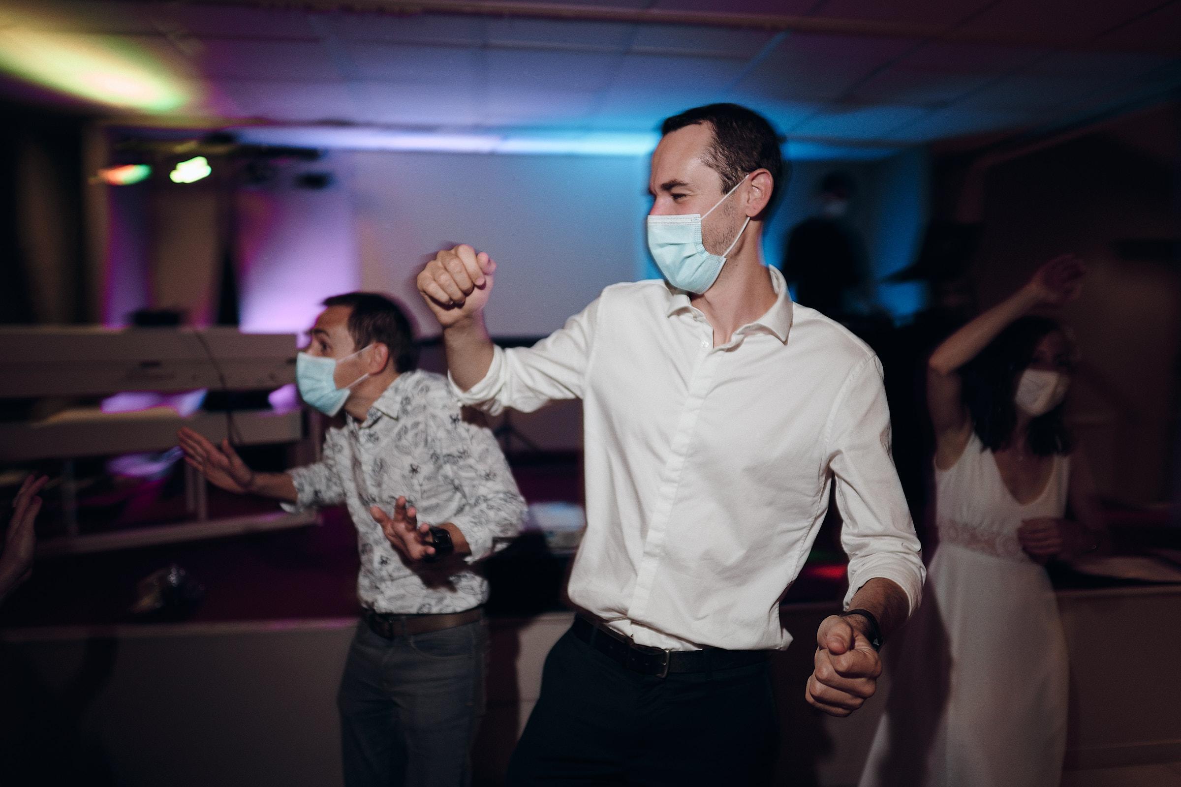 les invites dansent pendant le bal