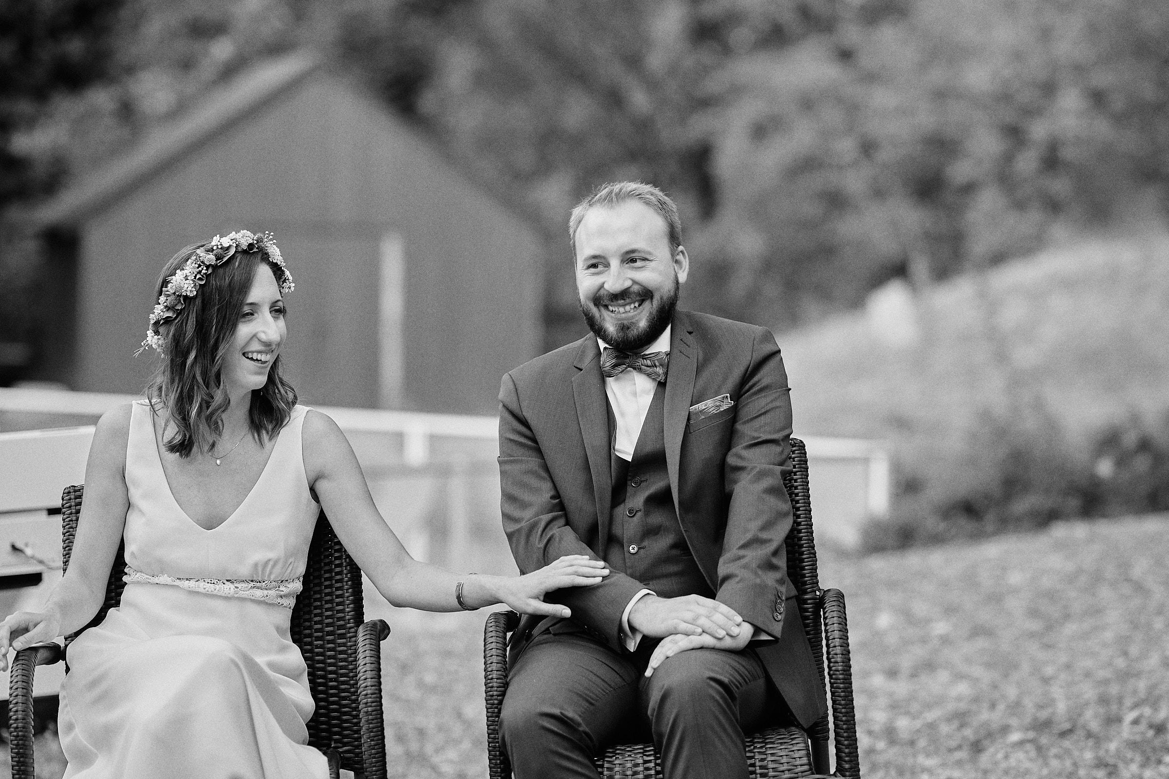 rire des maries lors d'un discours pendant la ceremonie laique