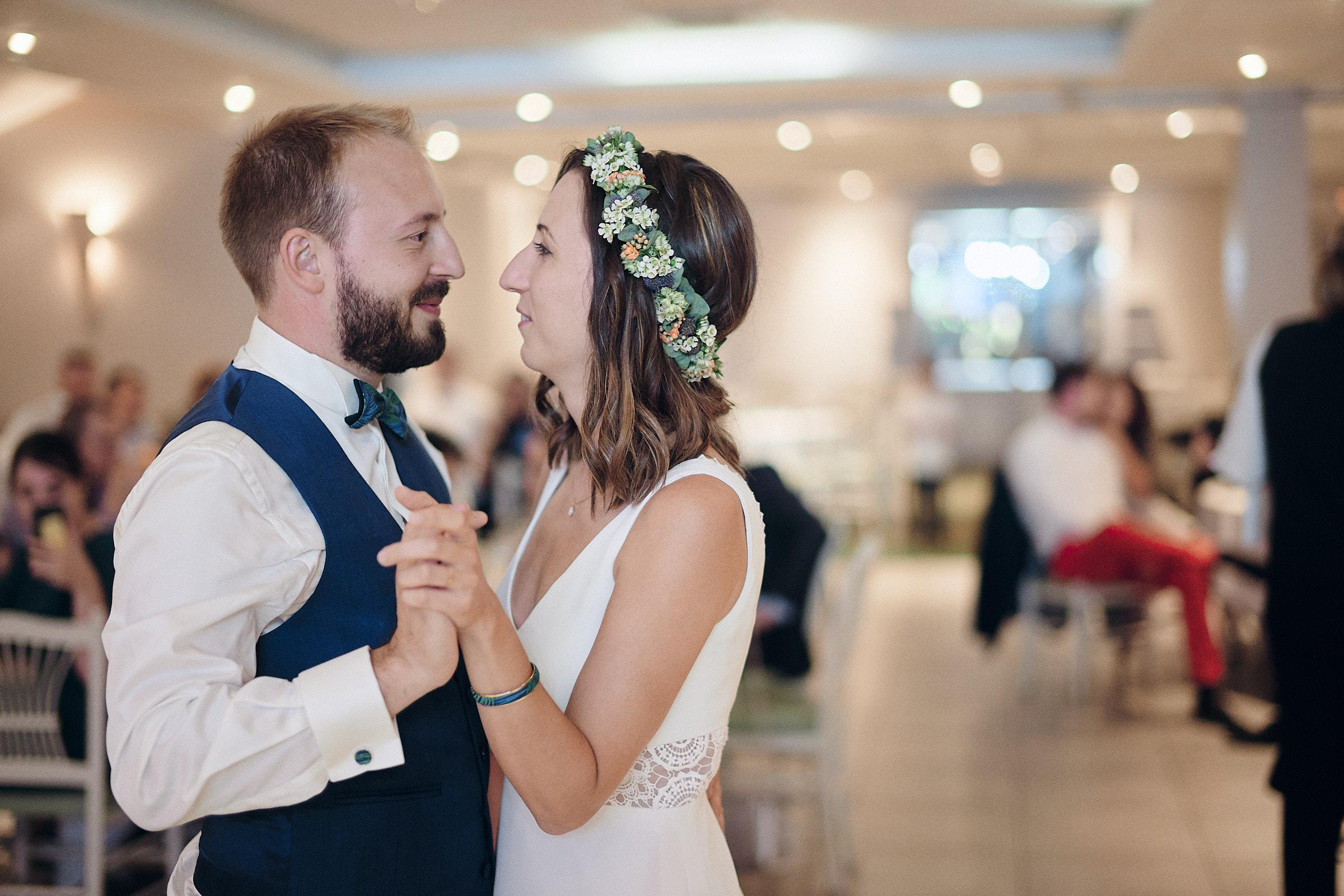 les maries dansent pendant que le pere de la mariee joue du piano