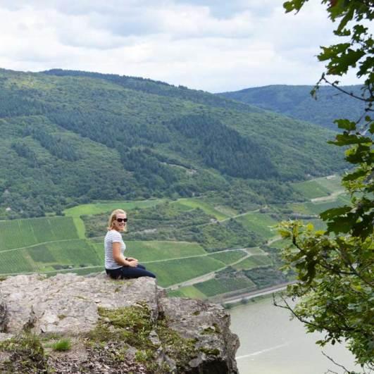 Die Trolltunga des Mittelrheintals: Ein Felsvorsprung über dem Rhein bei Burg Sooneck