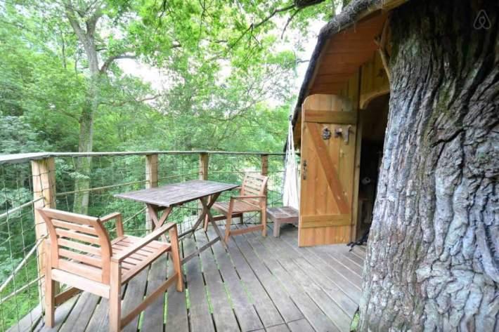 Besondere-Airbnb-unterkünfte-in-Europa-Baumhaus-Frankreich-Terrasse