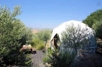 Besondere-Airbnb-unterkünfte-in-Europa-Geodäsischer-Dom-Aussicht-außen