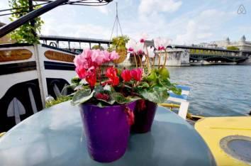 Besondere-Airbnb-unterkünfte-in-Europa-Hausboot-Paris-Balkon