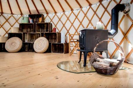 Besondere-Airbnb-unterkünfte-in-Europa-Jurte-Kamin