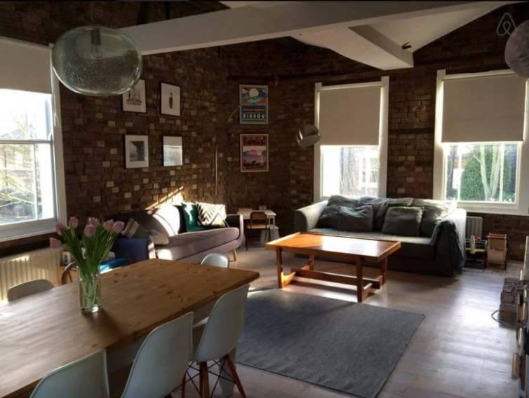 Besondere-Airbnb-unterkünfte-in-Europa-Pub-nahe-London-Wohnzimmer