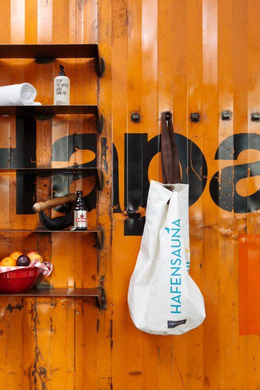 25 hours hotel Hambur Hafencity Hafensauna im alten Schiffscointainer Foto von Stephan Lemke for 25hours Hotels.