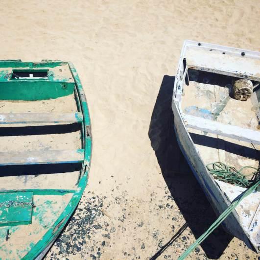 Planet Surfcamps Fuerteventura Zwei Boote am Strand von Corralejo