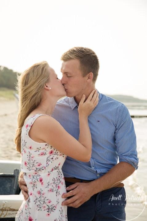 verliebtes Paar küsst sich am Usedomer Strand