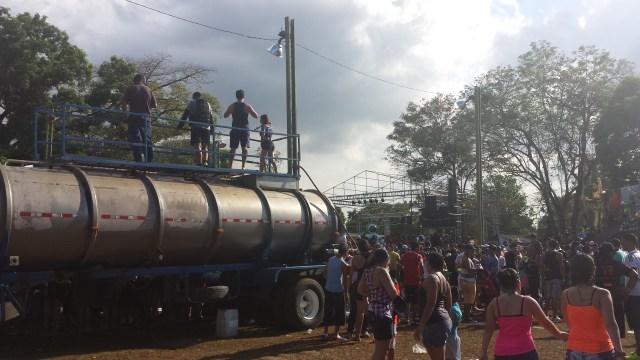 Karneval i Dolega vandsproejtere paa vandbil