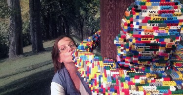 art of the brick kissing a hugman