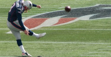 Stephen_Gostkowski_kicking_off nfl