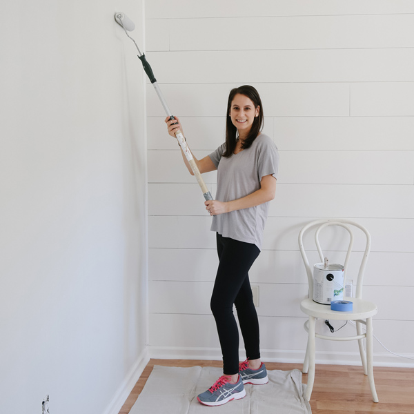 Painting a living room wall Classic grey by Benjamin Moore with a paint roller