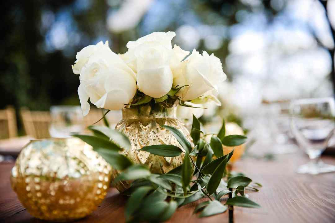 white rose and gold vase table settings