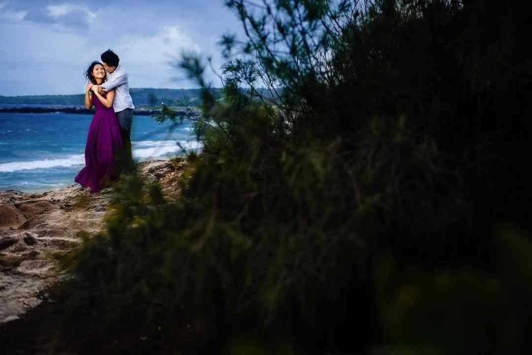 maui engagement photos on cliff
