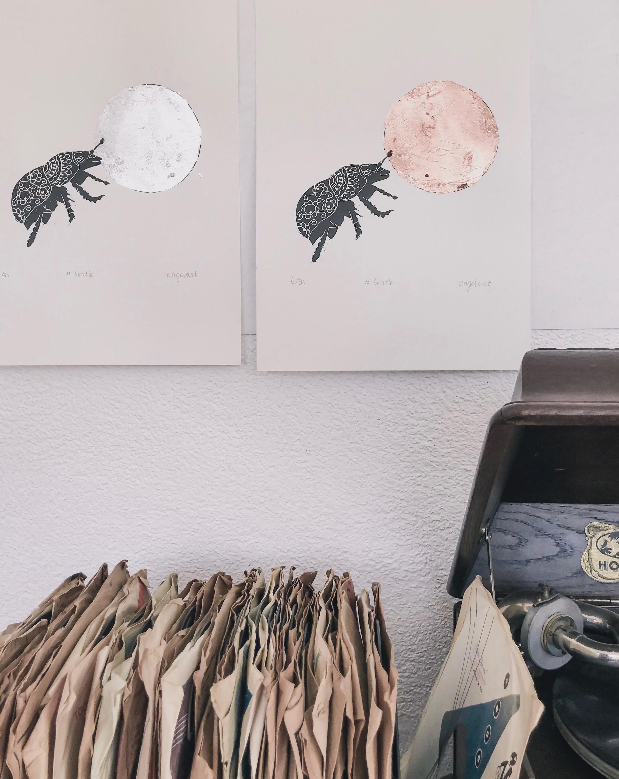 mestkever, goud zilver bol Natuurlijk Angelart, Angela Peters. Illustraties linoprint