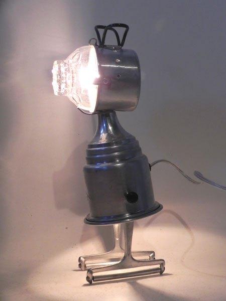 Alurio. Personnage lumineux en aluminium. Assemblage d'un filtre à café, un bol, une tasse de camping et 2 tranchoirs à fromage.