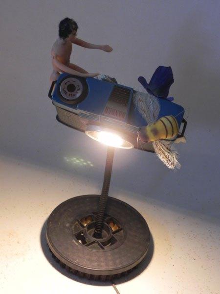 Banner. Lampe appareil photo cassé détourné, associée à les objets images de souvenir. Recyclage lumineux.