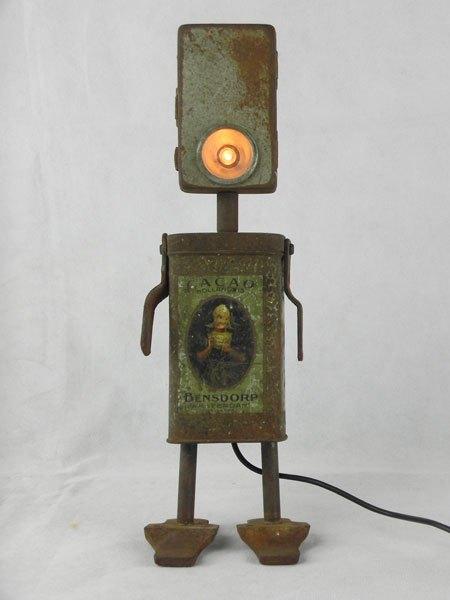 """Bensdorp. Ancienne boite de cacao """"Bensdorp"""" et lampe de poche rouillée, avec deux crochets et deux pattes de fixation."""