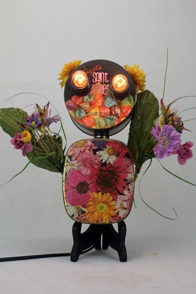 Berleur. Sculpture lumineuse florale avec boite de bonbon et de chocolat.