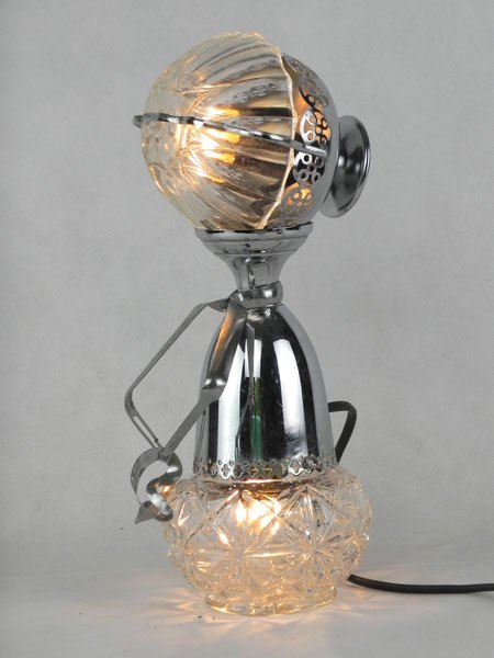 Brevette. Assemblage de métal chromé et de verre. Composition: coupe de sport et coupe en métal ajouré, ramequin et pot en verre, cuillère, pince à escargot.
