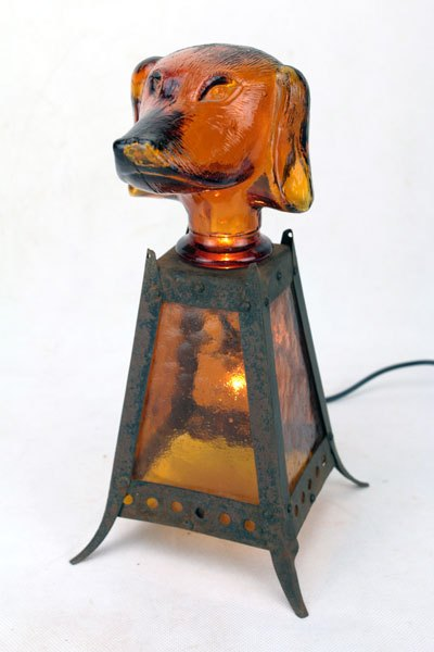 Browndog. Sculpture chien royal lumineux. Assemblage d'un bouchon de carafe en forme de chien.