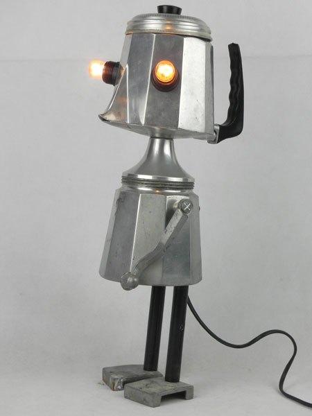 Cafonte. Détournement lumineux d'une cafetière italienne . Assemblage avec filtre, coupe de sport, pièce mécanique et poignées.