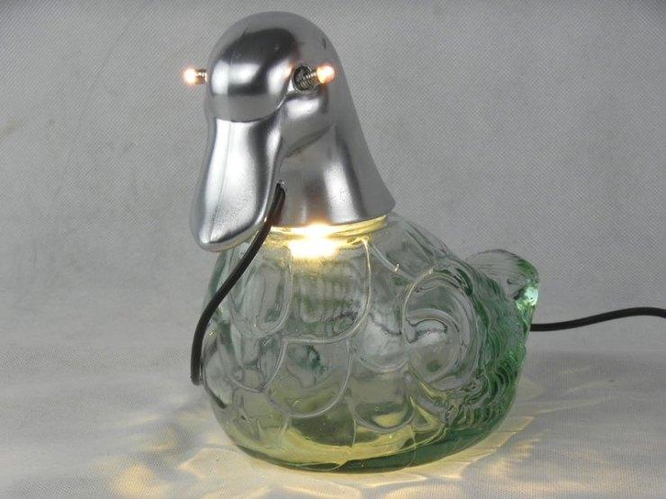 Canalcool. Canard lumineux avec une bouteille. Détournement d'une bouteille en forme de canard. Verre et plastique. Lampe curieuse. Recyclage emballage.
