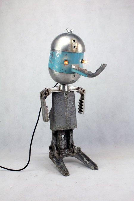 Cascade. Personnage fonte d'aluminium recyclé. Assemblage: pressoir, louche, pièce de mécanique . Gris alu et bleu.