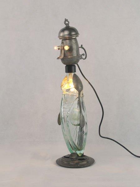Cigisson. Drôle d'assemblage avec une bouteille en forme de cigale, un petit pot en étain, un couvercle et deux petites cuillères.