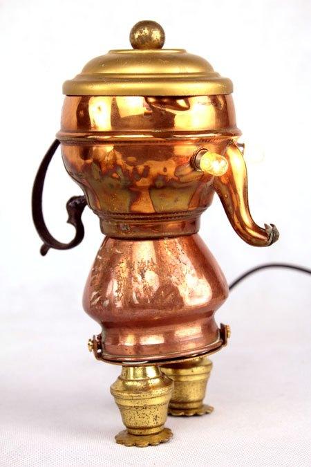 Facuivre. Assemblage d'objets en cuivre et laiton. Composition: mini bouilloire, marmite, couvercle, élément de lustre.