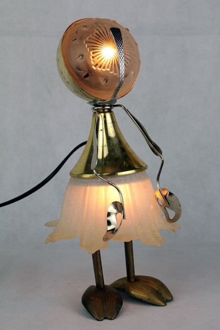 Falipe. Assemblage lumineux féminin avec verreries. Composition: opaline en verre, bol, coupe de sport, pavillon, pince à escargots, cendriers.