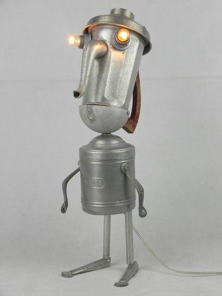 Fariman. Sculpture par assemblage d'objets de cuisine en aluminium. Composition: cafetière, couvercle, poignées, tendeur de tennis, pot à farine, louche.