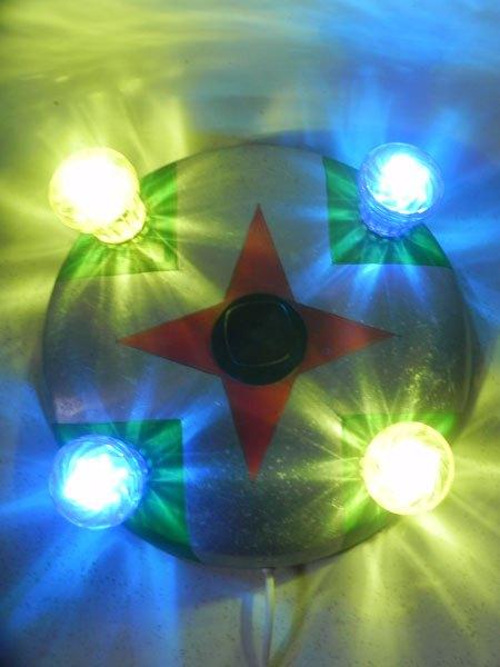 FForain3. Fête foraine applique lumineuse en aluminium. Couvercle de gamelle peinte en rouge et vert, ampoules de fête foraine bleues et jaunes.